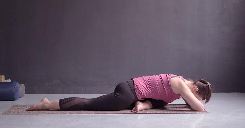 陰ヨガは、ストレッチを長く保持し、リラックスに導きます